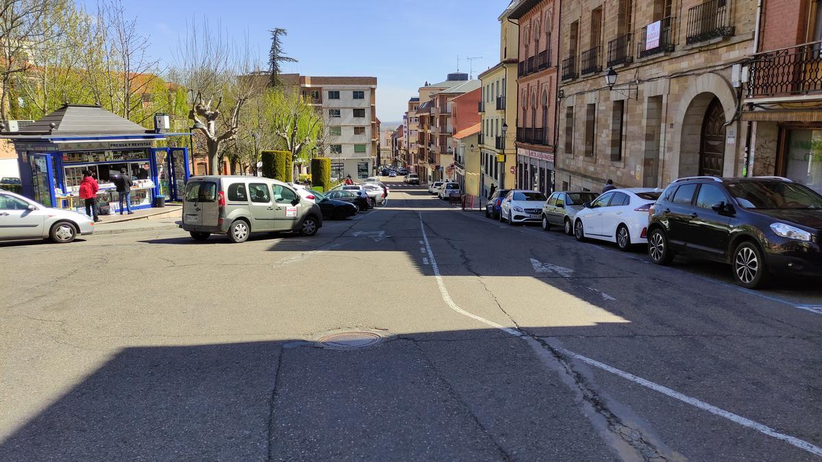 Calle Santa Cruz en Benavente. / E. P.