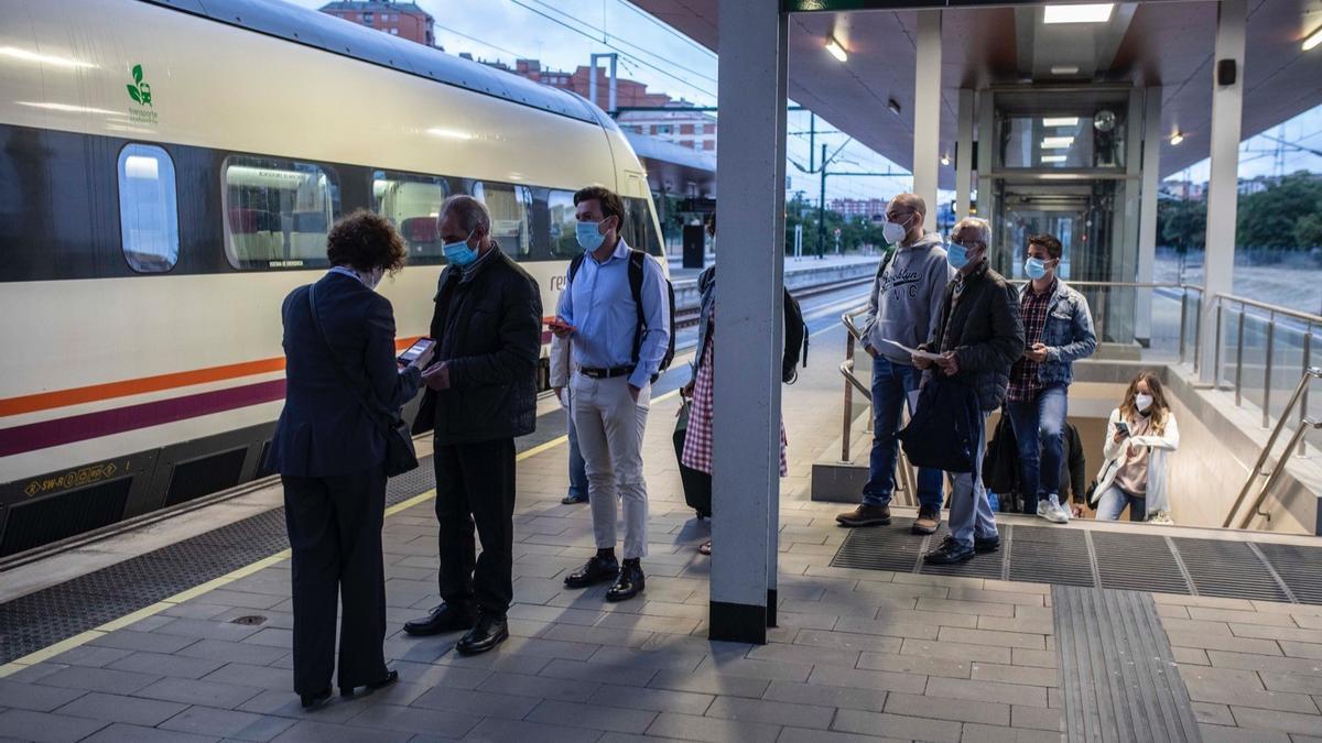 Primeros pasajeros del tren madrugador, esta mañana en la estación de ferrocarril de Zamora