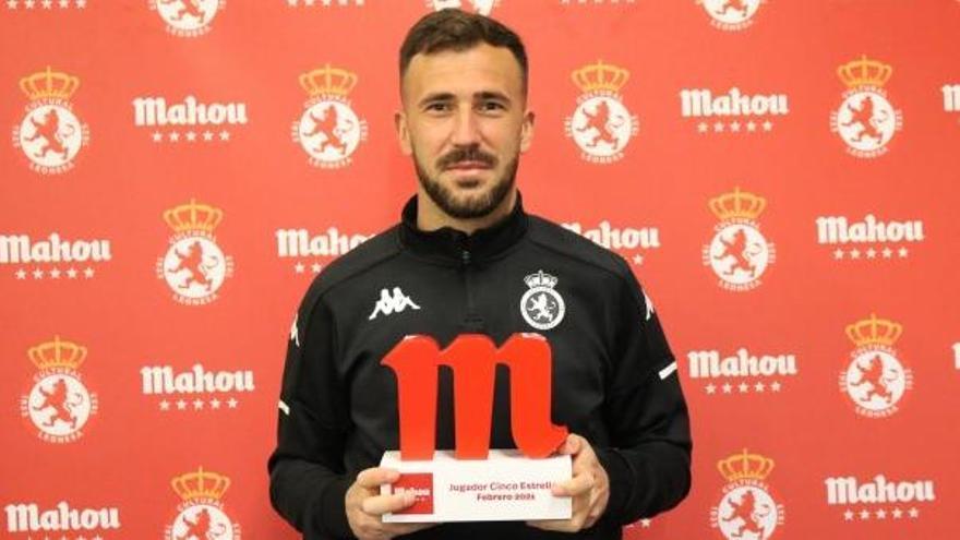 Dioni, con el premio al mejor jugador del mes de marzo en el Grupo 1