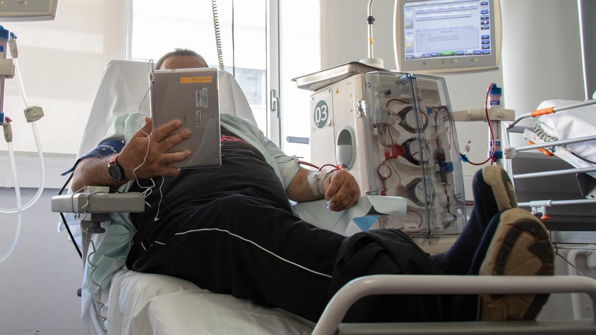 Un paciente con uno de los dispositivos habilitados por el Hospital