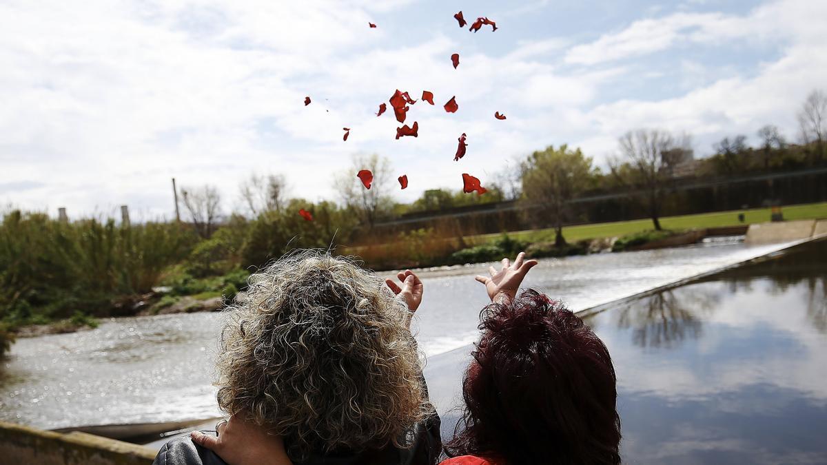 Miembros de la comunidad gitana han acudido al rio Bessos para el lanzamiento de velas y de pétalos de flores al río para conmemorar el Dia Internacional del Pueblo Gitano