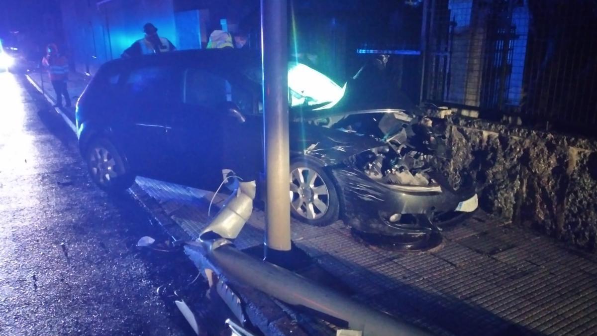 Imagen del vehículo siniestrado a primera hora de esta mañana en la recta de A Anllada.