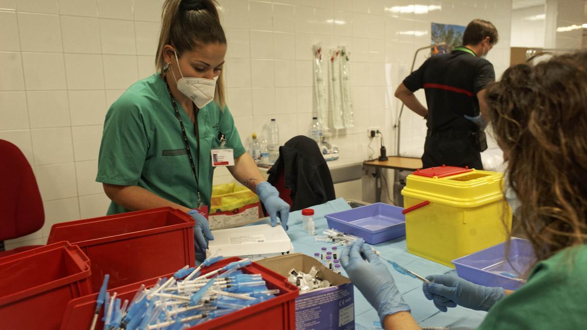 Personal sanitario prepara dosis estos días en el punto de vacunación masiva ubicado en el Auditori de Castelló.