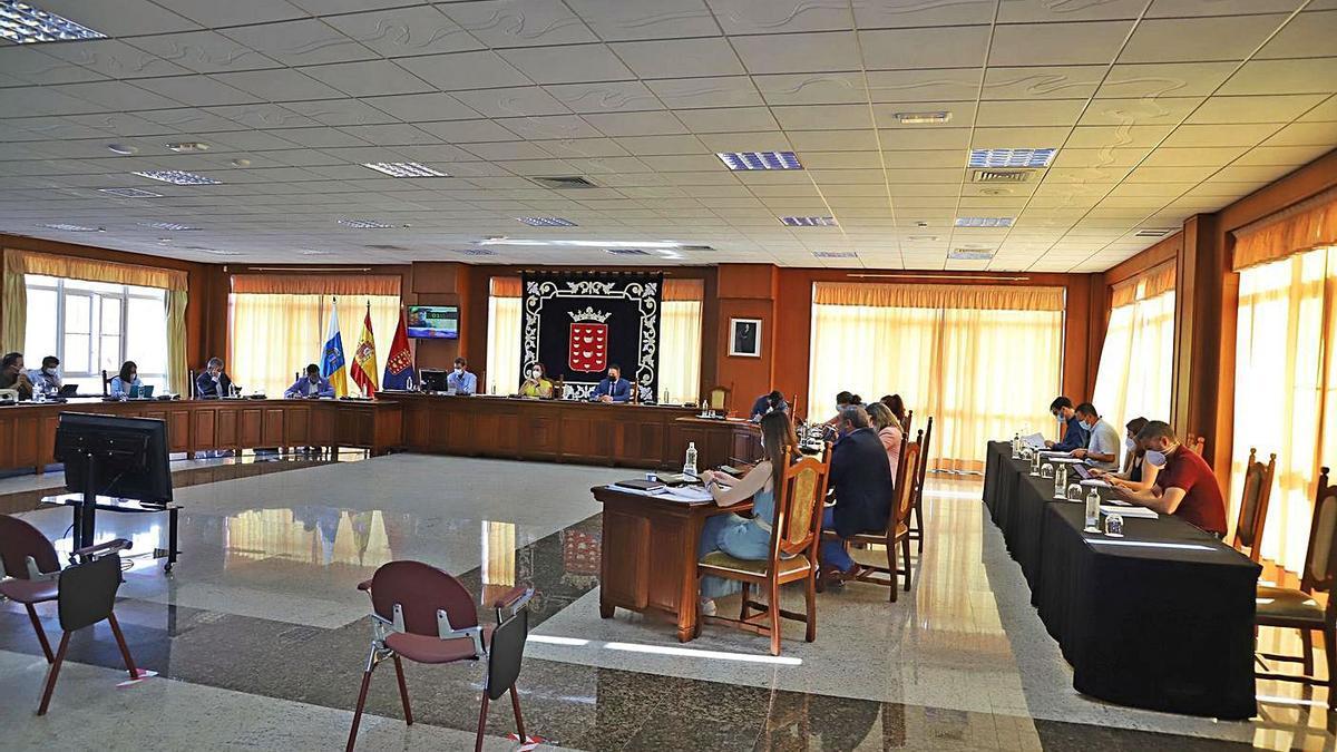 Pleno extraordinario en el Cabildo de Lanzarote, ayer.     LP/DLP
