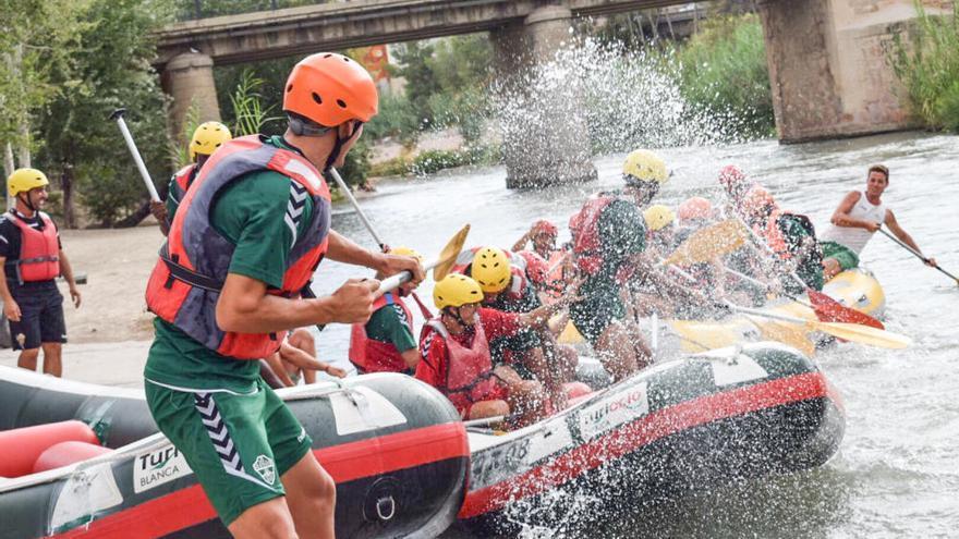 Los jugadores del Elche disfrutan haciendo rafting en el río Segura
