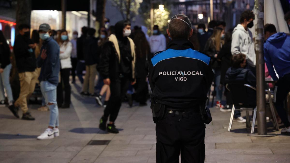 Un agente de la Policía Local de Vigo vigila las aglomeraciones de jóvenes en Teófilo Llorente.