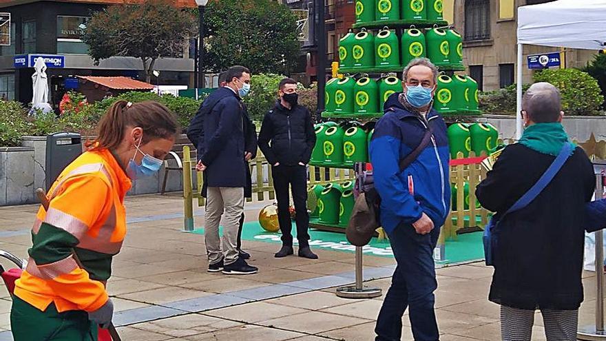 Un árbol para concienciar sobre el reciclaje, en la plaza del Seis de Agosto