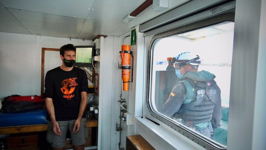 La Guardia Civil aborda el barco de Greenpeace que bloqueaba el puerto de Sagunt