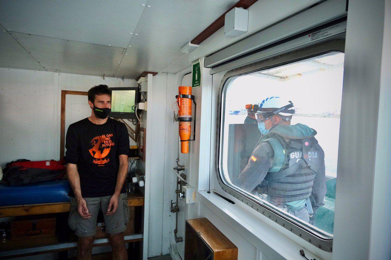 Greenpeace bloquea el acceso al muelle de gas de Sagunt