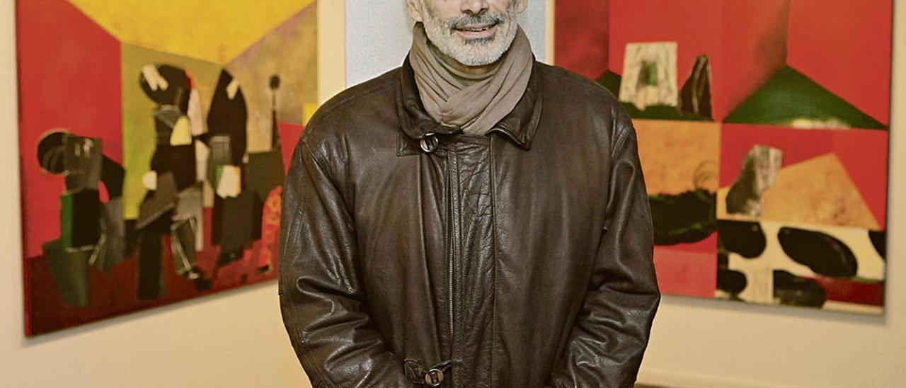 Luis Fega, ayer, ante dos de las obras de su exposición gijonesa.