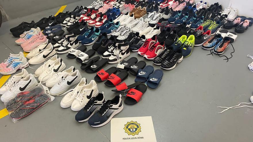 Decomisan en Dénia 50 pares de zapatillas y chanclas y 30 cajas de calzoncillos falsos