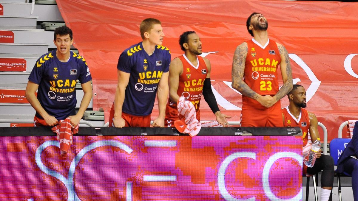 Jugadores del UCAM en el banquillo durante el partido del pasado domingo
