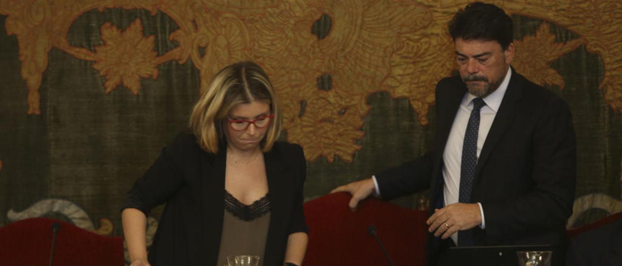 La vicealcaldesa, Mari Carmen Sánchez (Cs), y el alcalde, Luis Barcala (PP), durante un reciente pleno.