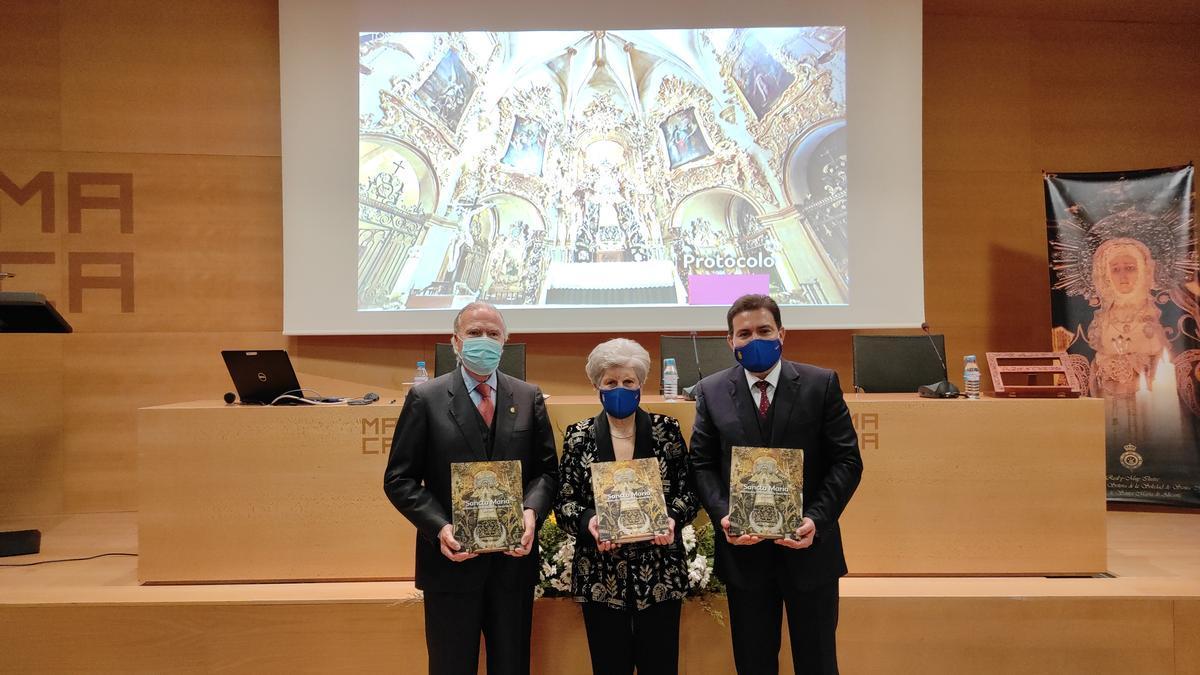 El decano de la Real Academia José Luis Manglano,  el director de la publicación José Iborra y la hermana mayor presidenta Balbina Oncina, con el libro