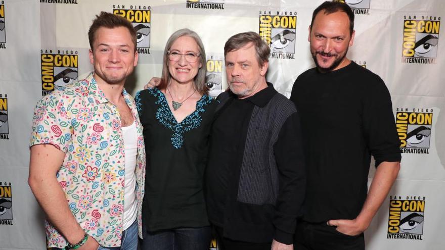 Dos actores, la productora y el director de la serie.