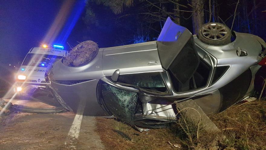 Tres jóvenes resultan heridas leves tras un aparatoso vuelco en la carretera de Oubiña