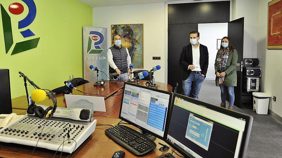 José Crespo, Gumer Portas y Begoña Blanco, en la nueva instalación de Radio Lalín.  | // BERNABÉ/JAVIER LALÍN