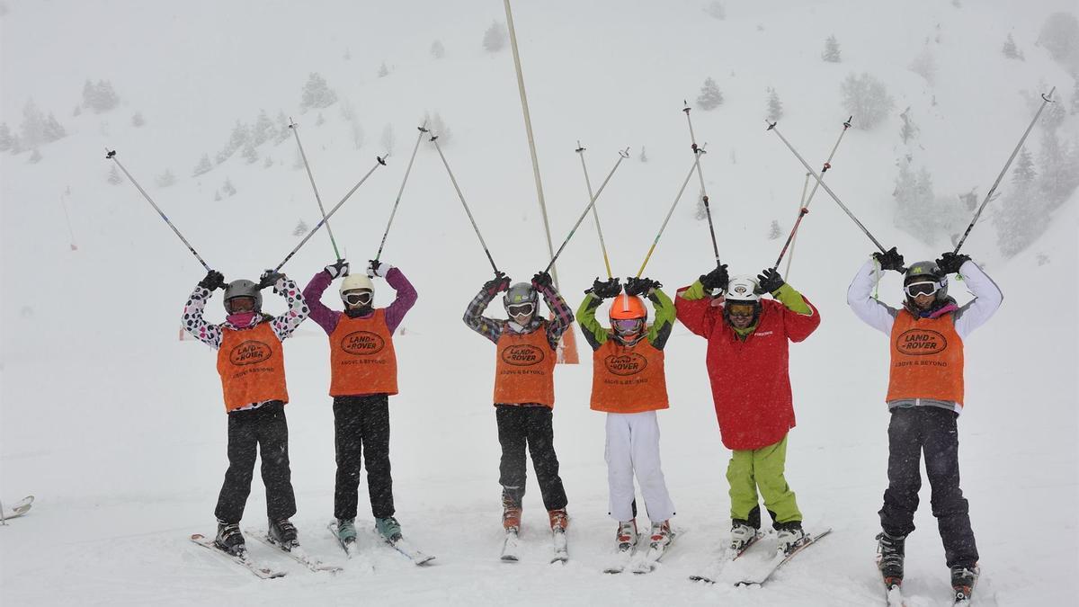 Escolares en una estación de esquí.