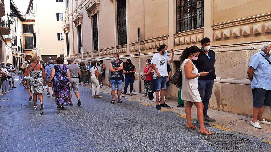 Largas colas para aflorar las últimas pesetas en Mallorca