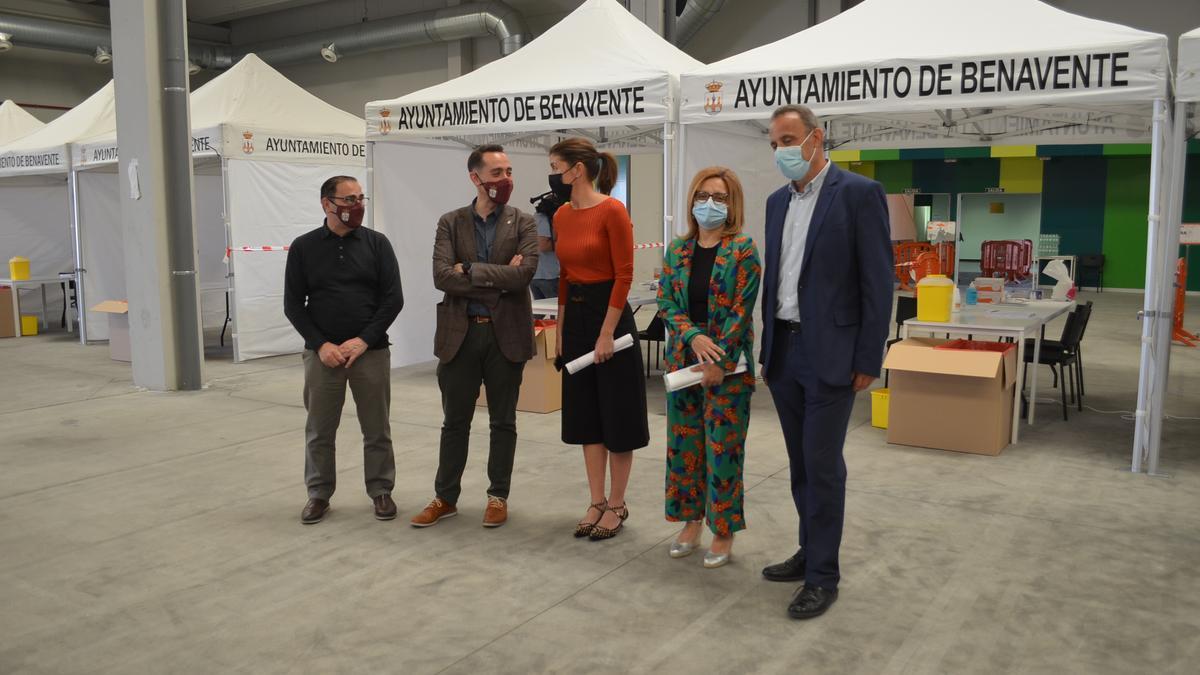 Visita institucional al Centro de Negocios en Benavente, para ver el dispositivo previsto para la vacunación. / E. P.
