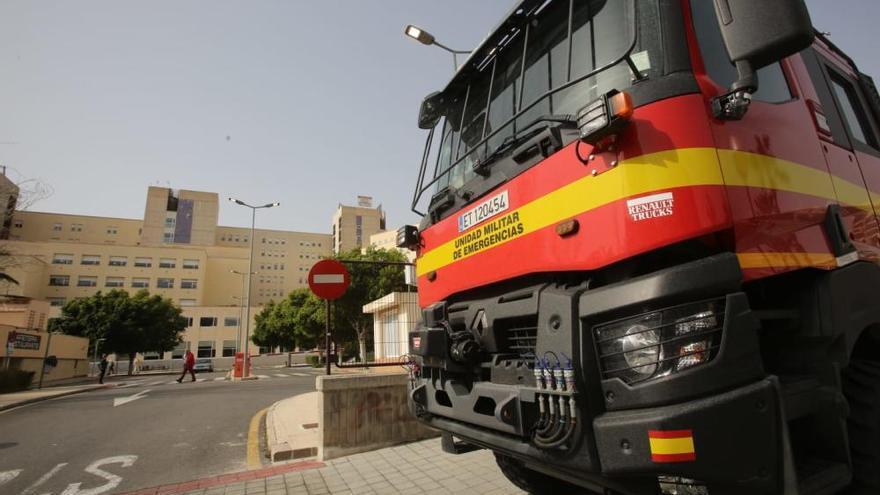 La UME desinfecta los accesos al Hospital General de Alicante