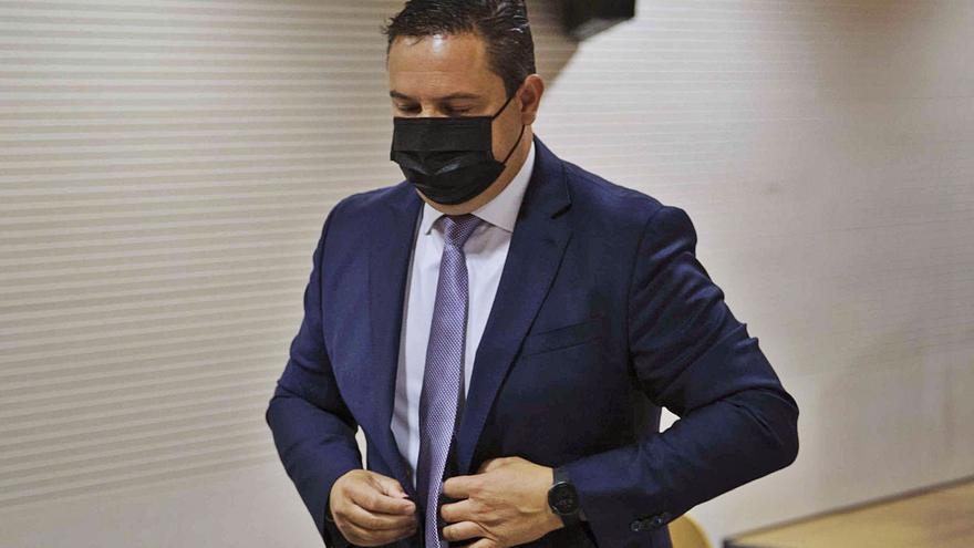 La jueza da la razón al alcalde de Arona y anula su expulsión del Partido Socialista