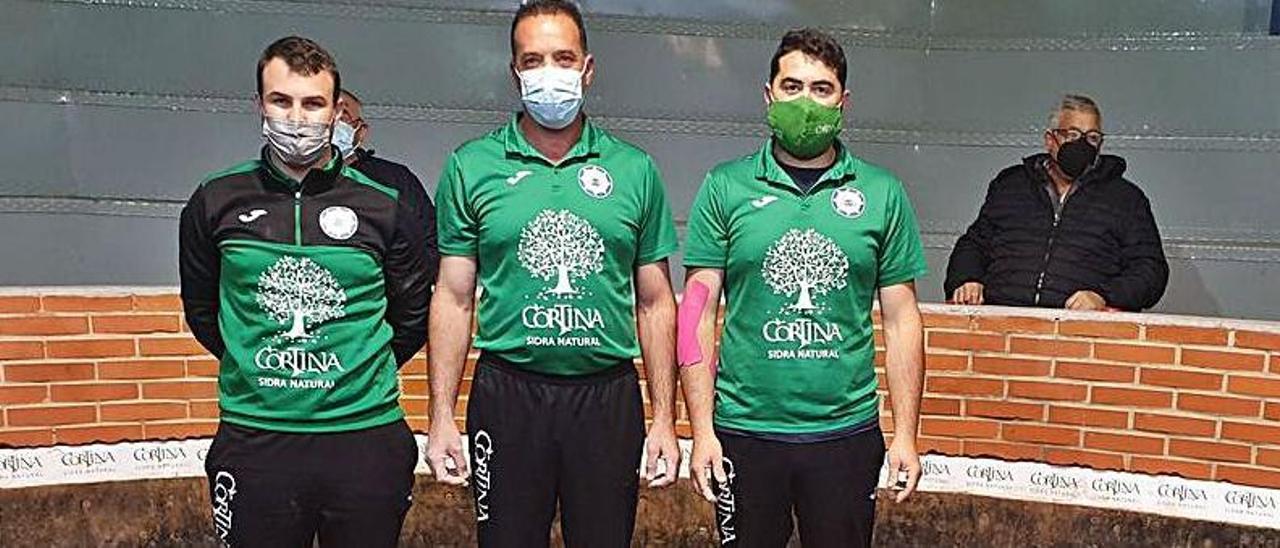 Por la izquierda, Diego Lastra, Daniel Loredo y Alberto Palacio, finalistas del regional por parejas de Segunda Categoría.