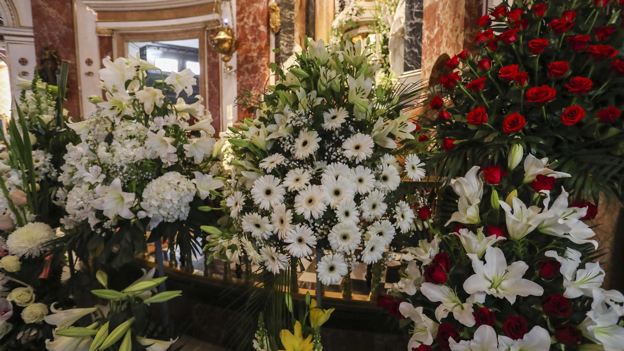 Floristas valencianos decoran con centros y adornos florales la Basílica