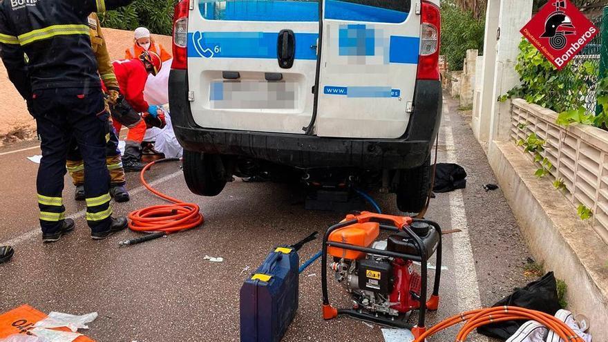 Los Bomberos excarcelan a un peatón atropellado por un vehículo en Calp