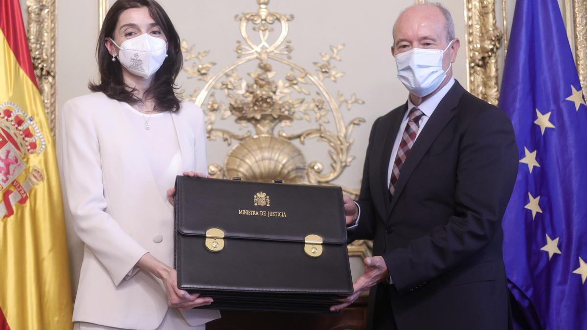 Campo le entrega la cartera ministerial a Pilar Llop.