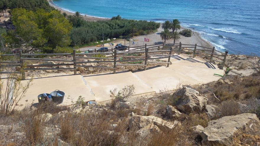 Finaliza la primera fase de adecuación de la escalera que enlaza la playa del Torres de La Vila con la Tellerola