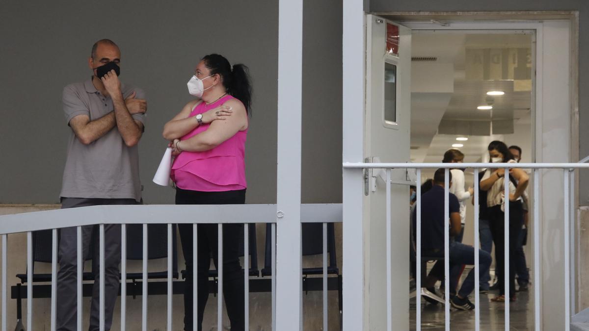 Vacunación con AstraZeneca en un centro sanitario.