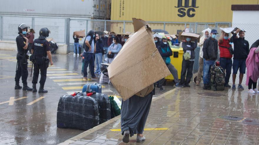 Colapso y colas de gente bajo la lluvia en el puerto de Alicante por la salida del ferry a Argelia