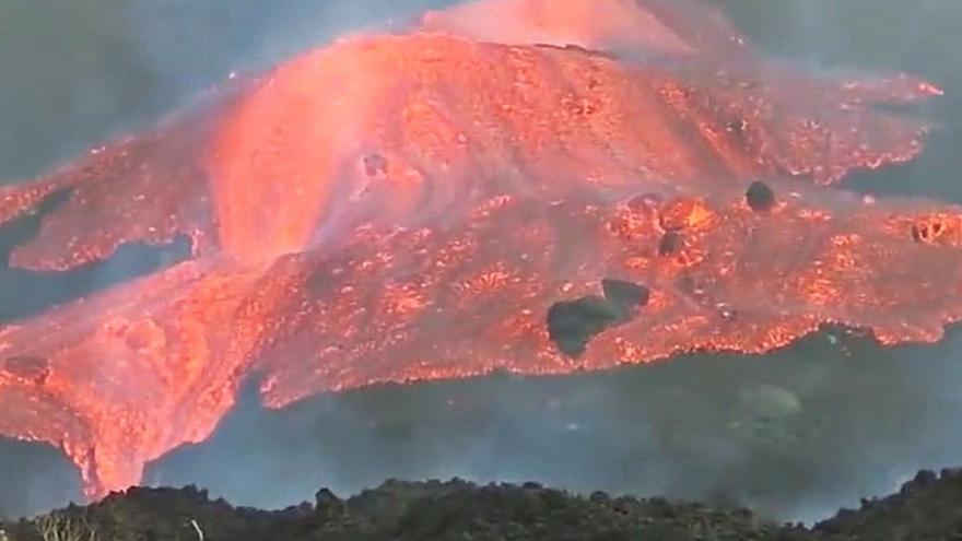 Una montaña de lava fluyendo a toda velocidad en La Palma