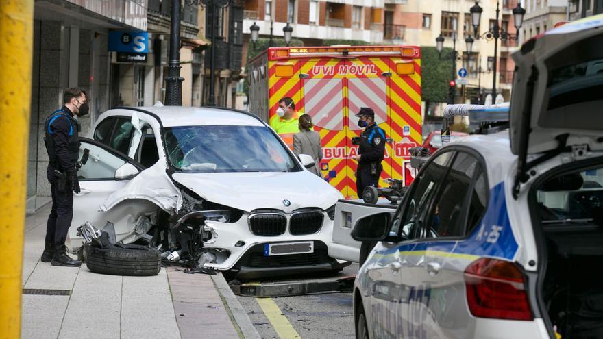 Fallece el conductor que sufrió un grave accidente en el centro de Oviedo, con otras tres personas heridas