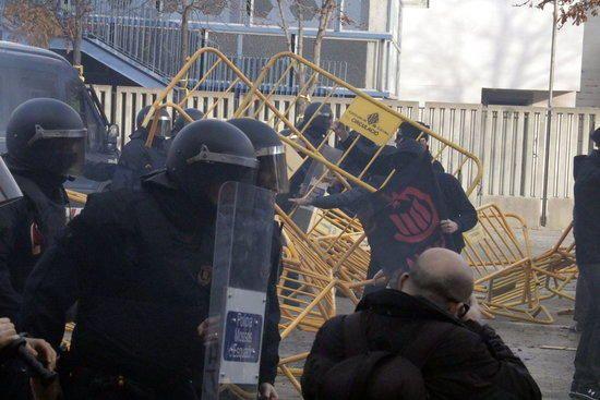 Actuació dels Mossos contra antifeixistes a Girona