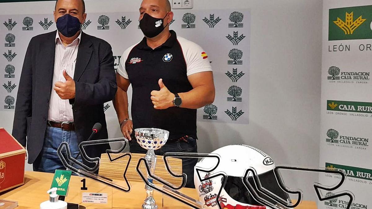 Feliciano Ferrero, de Caja Rural, y Carlos Blanco, campeón de España de motociclismo Handy. / LOZ