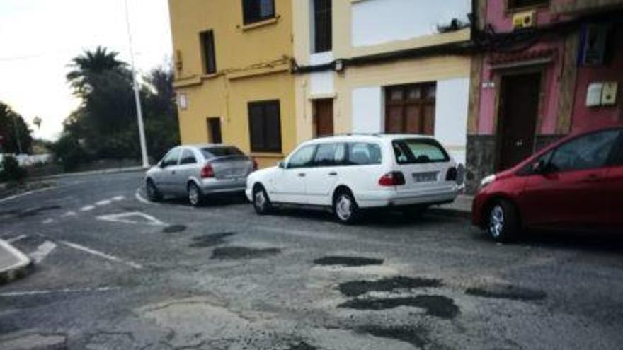Los vecinos de Las Remudas, indignados por el 'arreglo' de los baches de sus calles