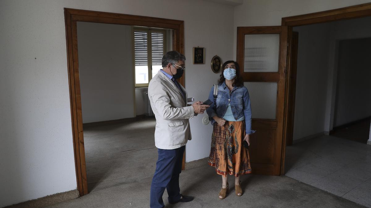 Julio Redondo y Yolanda Alonso de visita en la antigua sede de Correos