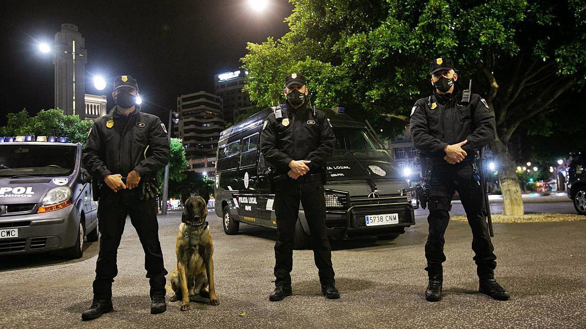 Una dotación de la Unipol, acompañada por un agente canino, se despliega en el entorno de la Plaza de España santacrucera. | | CARSTEN W.LAURITSEN