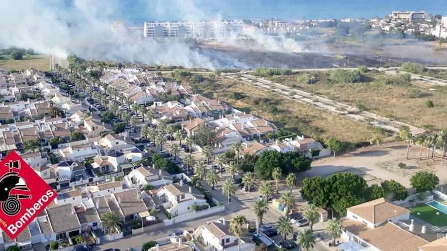Los bomberos sofocan a toda prisa un espectacular incendio en Dénia