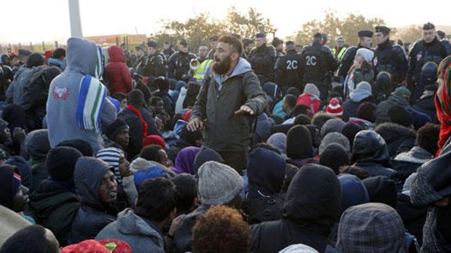 Francia comienza a desmantelar las chabolas de Calais