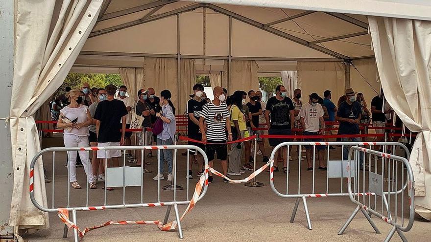 Salud adelanta la vacunación a 11.000 contagiados de covid en Baleares
