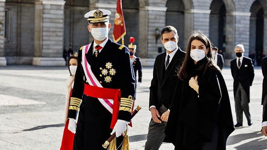 El Rei i la ministra Robles recorden als exèrcits el valor de la Constitució
