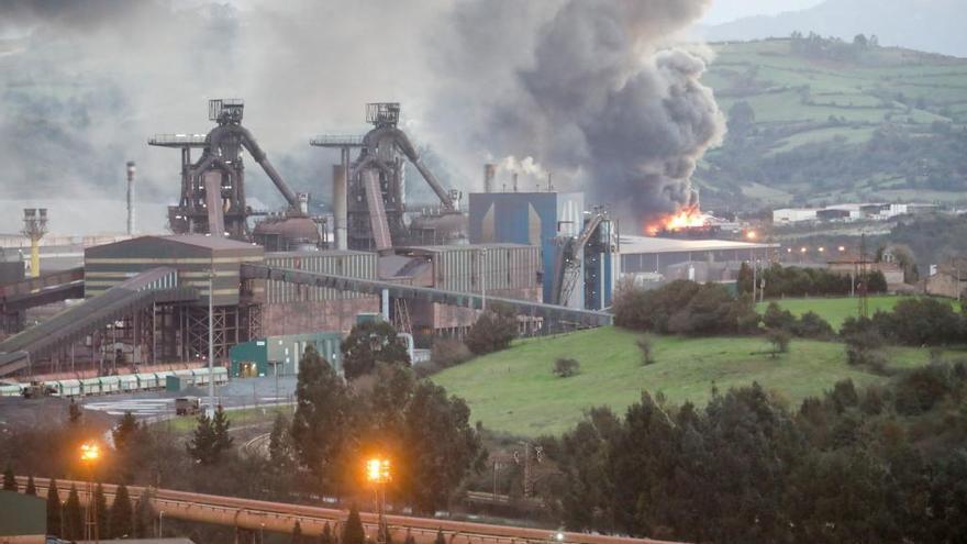 "El incendio del desguace de Gijón ""va para largo"": Los bomberos se enfrentan a una larga noche"