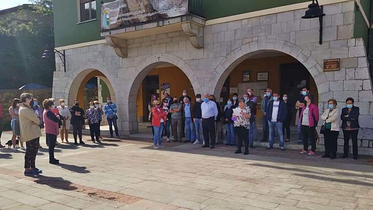 La edil Pili Ruiz, en el centro, lee un comunicado de denuncia de la violencia machista, con los familiares de María Teresa Aladro Calvo, asesinada la semana pasada, a su izquierda.