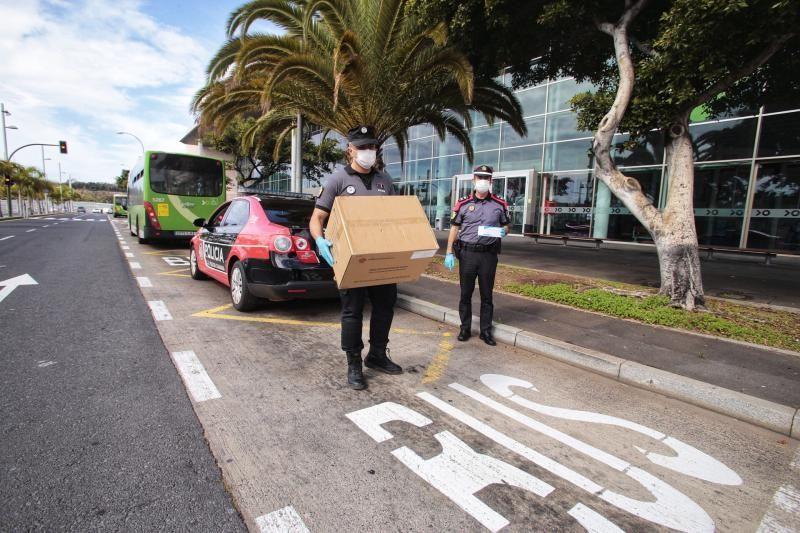 Reparto de mascarillas de la Policía Canaria en el exterior del intercambiador de guaguas.  | 13/04/2020 | Fotógrafo: María Pisaca Gámez