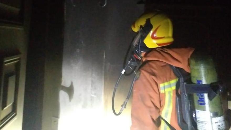 Un incendio devora una planta de viviendas en Beniparrell
