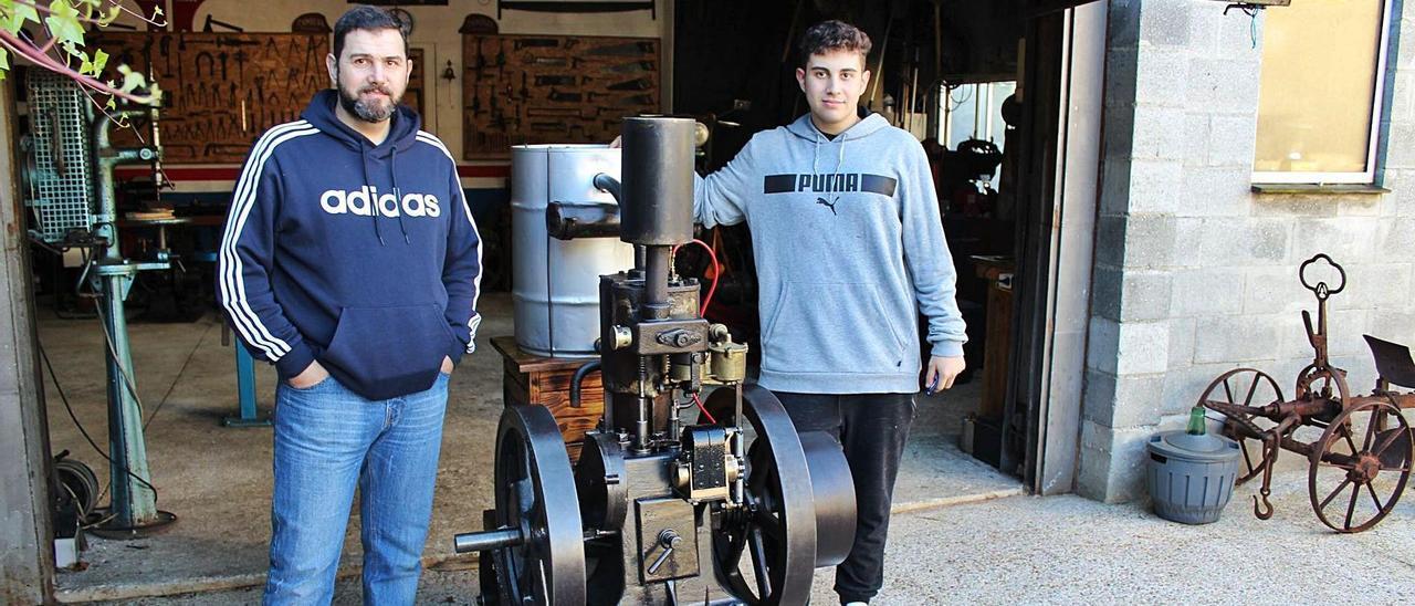 Rubén y Martín Pérez posan orgullosos con el motor Bristol reparado.   T. Cascudo