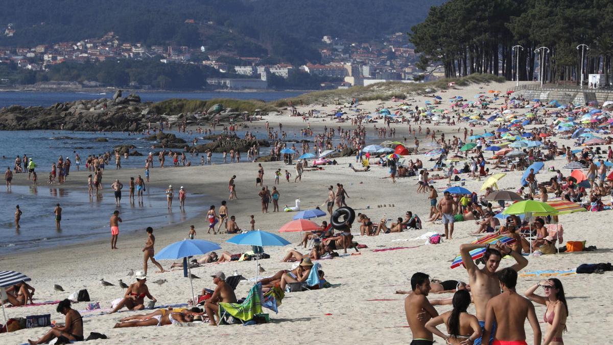 Así se encontraba hoy la playa de Samil, en Vigo. // J. Lores